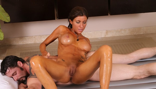 nuru-massage-babe-massaging